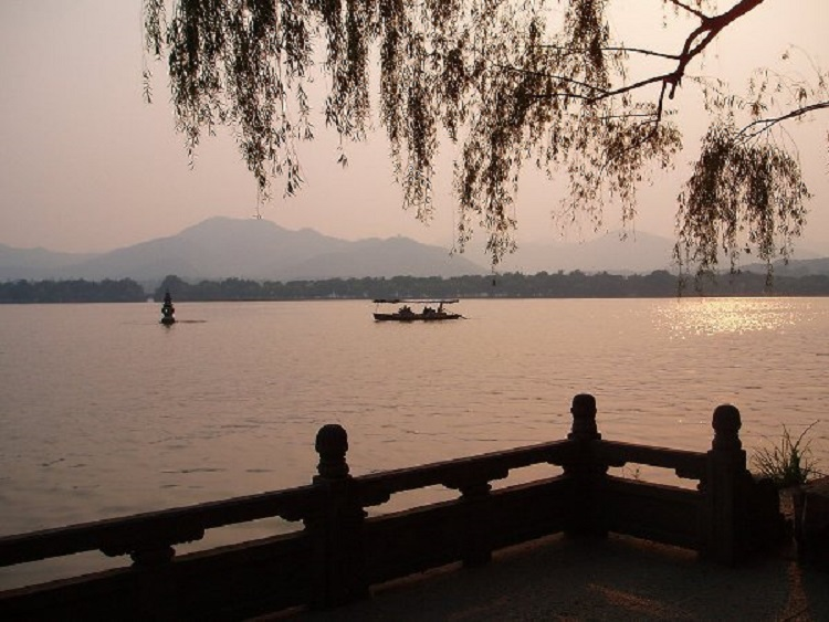 West Lake in Hangzhou is a relaxing spot for those teaching English in China.