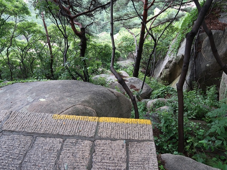 Mountain walk without railings in China